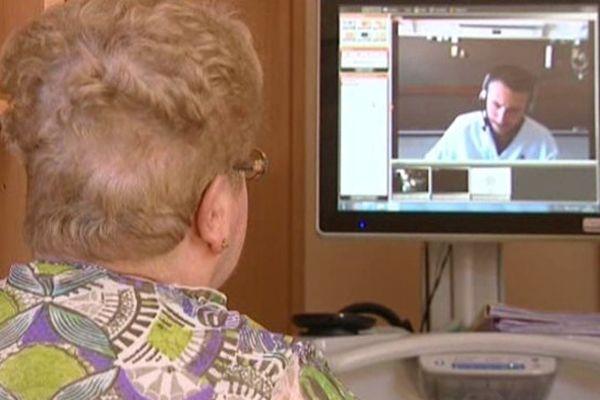 Une résidente de la maison de retraite Saint Joseph, à Nancy, en entretien avec son médecin à l'hôpital de Brabois