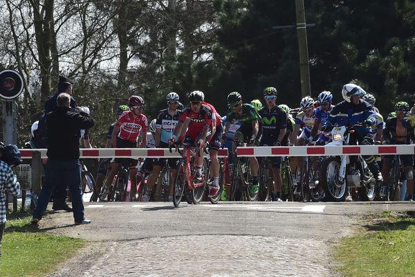Durant le Paris-Roubaix 2015, certains coureurs ont pris le risque de traverser un passage à niveau barrières baissées, alors qu'un TGV arrivait au même moment.