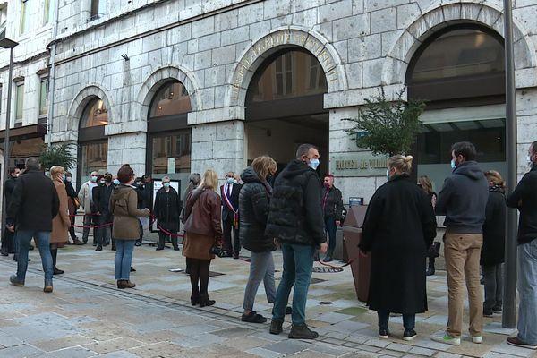 Les commerçants de Saint-Claude se sont réunis devant la mairie de la commune pour réclamer une ouverture de leurs boutiques.