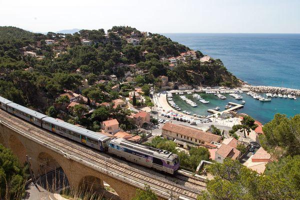 La ligne de la Côte Bleue relie Marseille à Miramas.