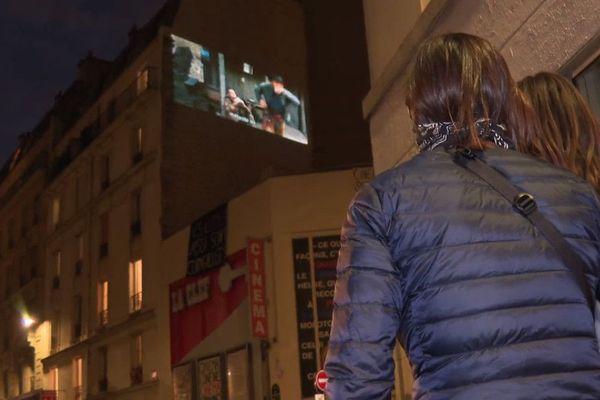Le soir du vendredi 24 avril, une trentaine de voisins étaient présents dans la rue devant le cinéma pour soutenir l'initiative, en bravant le confinement.