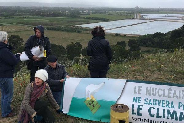 Les militants anti-nucléaire devant les bassins de stockage des déchets de résidus de conversion d'uranium de l'usine Orano à Malvési dans l'Aude.