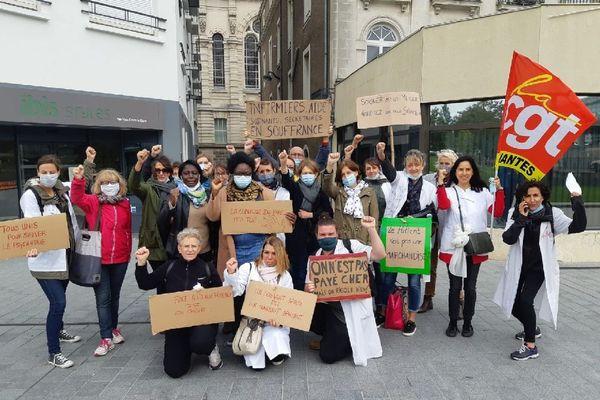 Les salariés de la Clinique du Parc manifestent aujourd'hui devant la gare de Nantes. Ils espèrent être entendus de leur dirigeants.
