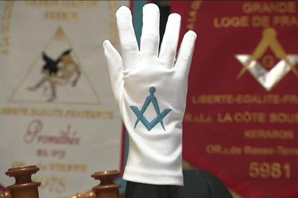 Le gant blanc est porté par tous les maçons de France.
