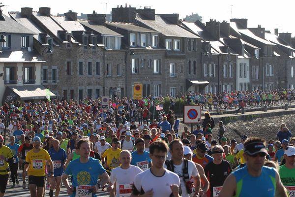 Départ du marathon de la baie du Mont Saint-Michel, dimanche matin.