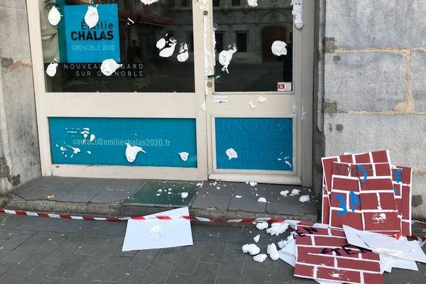 Collé sur la vitrine de la permanence de la députée LREM et candidate à la mairie de Grenoble Emilie Chalas, un mur de polystyrène a été érigé dans la nuit du lundi 13 au mardi 14 janvier 2020.