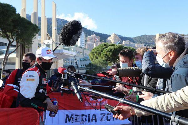 Sébastien Ogier, à gauche sous sa casquette et son masque, à Monaco, le dimanche 24 janvier