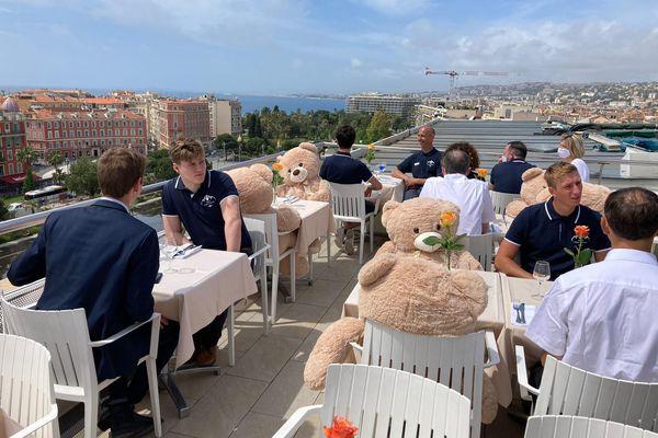 L'hôtel Aston de Nice a organisé aujourd'hui une journée test avant la réouverture de demain avec des serveurs et des oursons en peluche attablés.