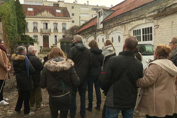 Les visiteurs enlèvent leurs masques et découvrent la cour Robaut.