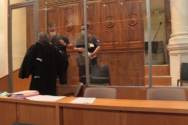 Le suspect comparait devant la cour d'assises de Nîmes pour trois affaires de viols et agressions sexuelles dans le Gard
