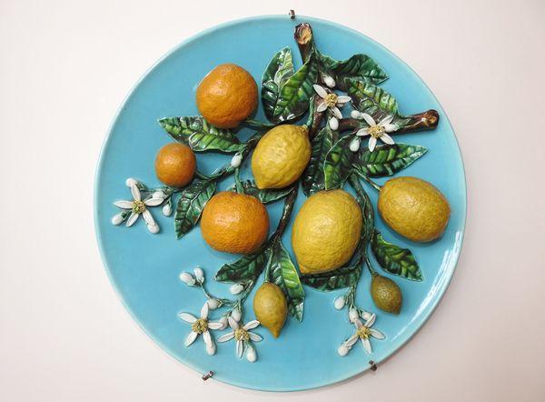 Le citron de Menton bénéficie d'une Indication Géographique Protégée. Cet ingrédient emblématique de la cuisine méditerranéenne, fait l'objet d'un tourisme culinaire croissant, il est au cœur de la fête des citrons, un rituel culturel.