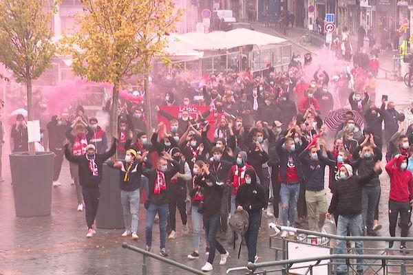Des supporters lillois à la Grand-Place de Lille, à quelques heures du Derby LOSC-Lens, suite à l'interdiction de circuler autour du stade Pierre-Mauroy.