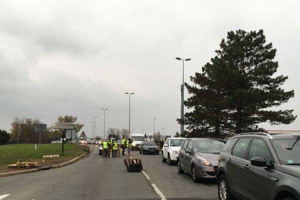 Les automobilistes étaient bloqués au rond-point du Brezet, à Clermont-Ferrand, lundi 19 novembre.