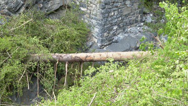 Le pont du Prae est toujours interdit d'accès en raison d'un tronc d'arbre encombrant toujours le lit de la rivière.