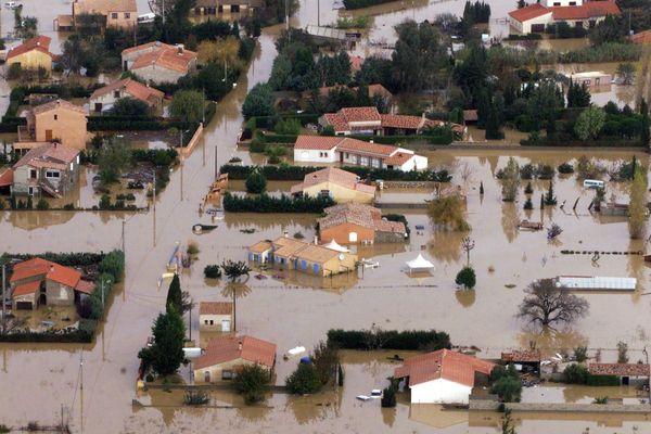 Vue aérienne d'un lotissement de Cuxac-d'Aude, entouré par l'eau, le 14 novembre 1999, suite aux inondations provoquées par les violentes pluies des derniers jours qui ont causé la mort de cinq personnes dans le village.