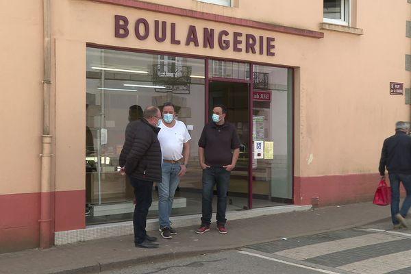 Le maire de Plumelin et les repreneurs de la boulangerie: ils vont recevoir un coup de pouce pour s'installer.