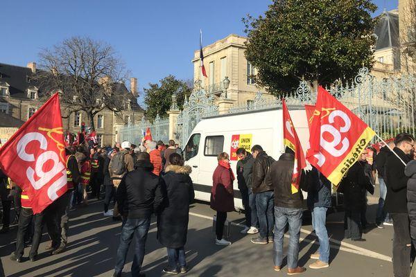 Les manifestants se sont rassemblés devant la préfecture de la Bretagne