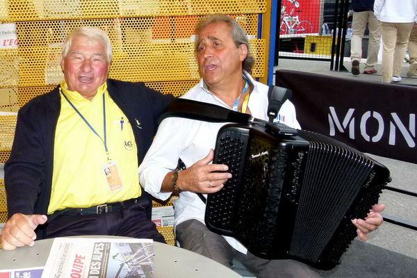 Raymond Poulidor et l'accordéoniste Bernard Marly sur les routes du Tour de France