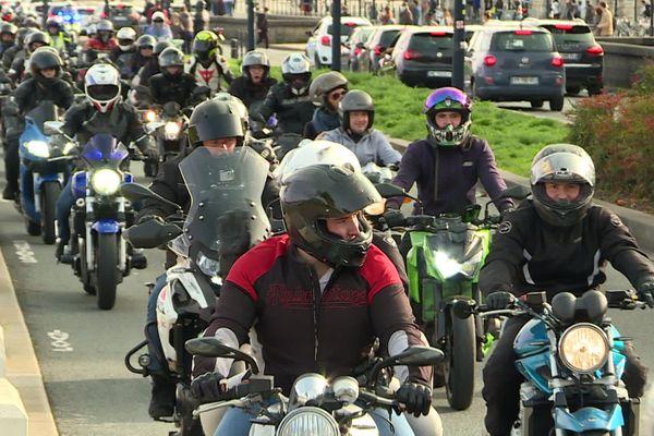Un cortège d'environ 500 motards a défilé autour et dans Bordeaux ce samedi 24 octobre. Ils protestent contre la fermeture de la piste d'accélération de Labarde, à Bacalan, où s'installent des groupes de gens du voyage.