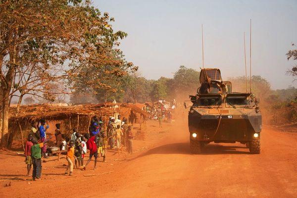 A l'approche du 2e tour de l'élection présidentielle, patrouille de Sangaris autour de Bangui
