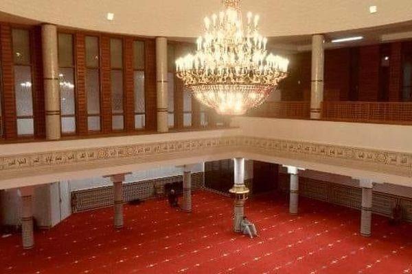 Inaugurée en 2014, la mosquée Assalam, la plus grande de l'ouest, abrite une salle pouvant accueillir 1500 fidèles