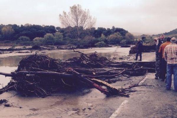 La route d'accès au village d'Antisanti est toujours coupée ce samedi matin.