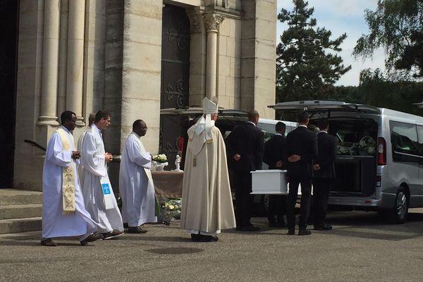 Le cercueil de Maëlys quitte l'église