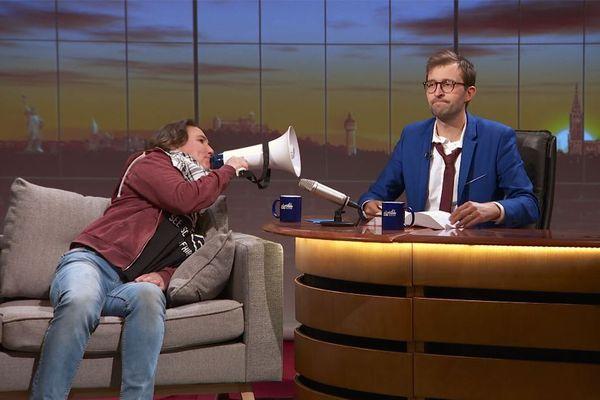 Sùnndi's Kàter épisode 08 : une envoyée spéciale ultra-engagée mène la vie dure à notre présentateur Philippe Sandmann.