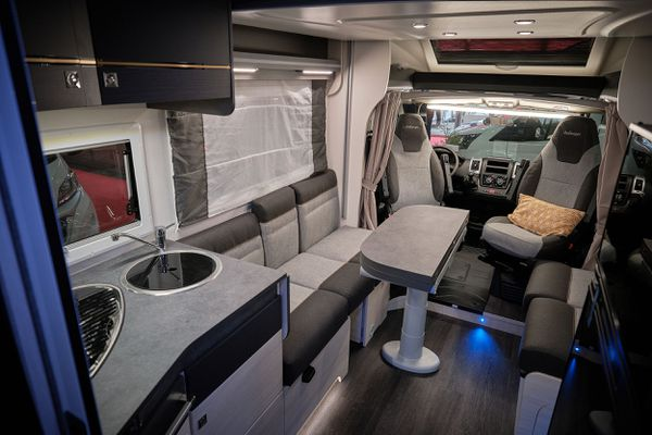 Camping-car traditionnel, intérieur sophistiqué.