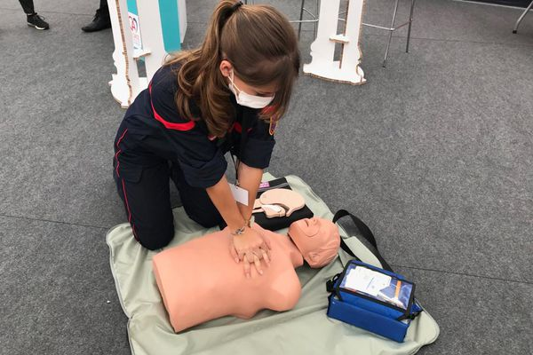La personne inscrite sur Sauv Life est guidée au téléphone par un opérateur du Samu pour effectuer les gestes de premiers secours, comme ceux effectués sur ce mannequin.