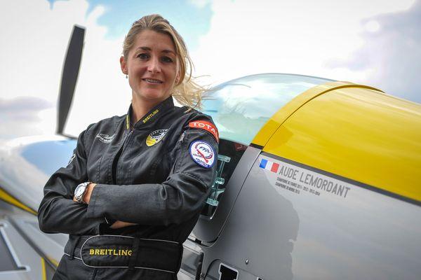 Aude Lemordant, championne du monde de voltige aérienne, pose près de son avion à Châteauroux, en 2015.