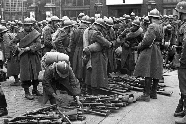 Les soldats français déposant leurs armes devant la gare de Lille, le 1er juin 1940.