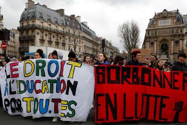 Des lycéens défilent lors d'un rassemblement de protestation contre un projet de réforme du Baccalauréat et contre Parcoursup à Paris, le 15 mars 2018. Parcoursup est un système en ligne pour les diplômés du secondaire afin de les guider vers les formations disponibles dans le système d'enseignement supérieur.