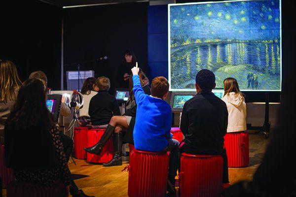 Découverte d'une tableau de Van Gogh au musée Numérique de Ballan-Miré pour les enfants.
