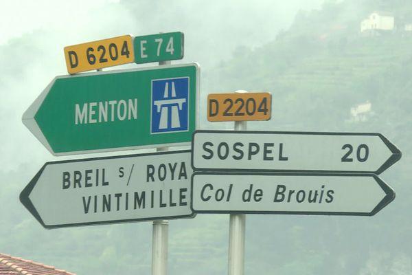 Sauf pour les véhicules de santé et de La Poste, les policiers demandent aux habitants de la Roya qui veulent rejoindre le sud du département de passer par Sospel, et non plus par la Roya italienne.