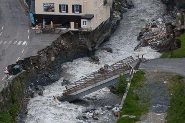 Le pont de Barèges dans la rivière