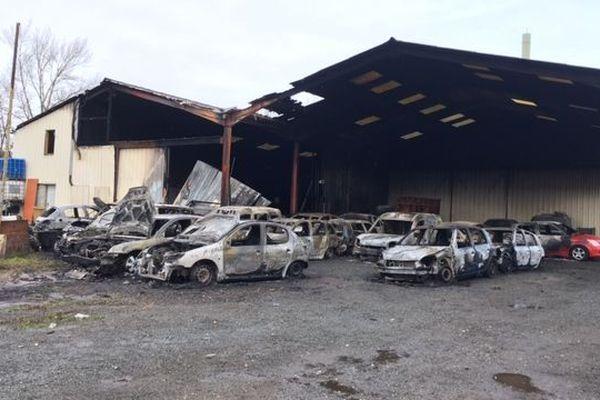 L'incendie s'est déclaré lundi vers 23h30 dans la zone industrielle La Collonge à Gleizé (Rhône).