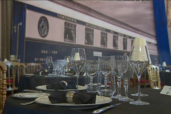 Dans ce palace de la Croisette, les assiettes, les verres et les couverts ont été scrupuleusement sélectionnés pour rappeler le célèbre train de l'Orient-Express.