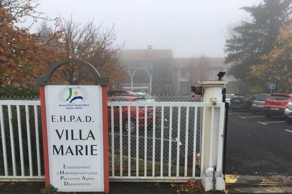 A l'EHPAD de Cayres, en Haute-Loire, les personnels se disent à bout, confrontés à l'épidémie de COVID 19.