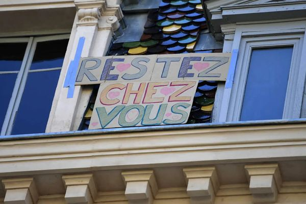 Pancarte incitant à rester chez soi pendant le confinement. Photo AFP