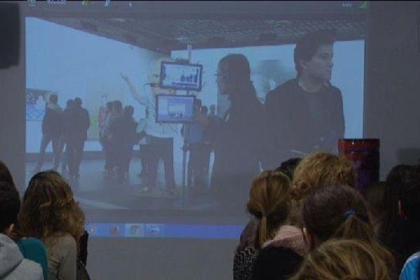 Les élèves visitent l'expo Picasso du grand palais via un Iphone.