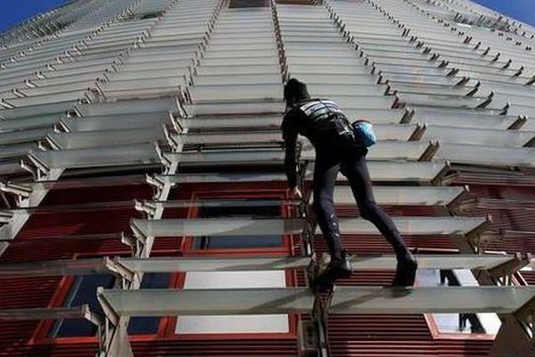 Alain Robert, le spiderman de l'Hérault, escalade la Torre Agbar, une tour de plus 140 mètres à Barcelone - 25 novembre 2016