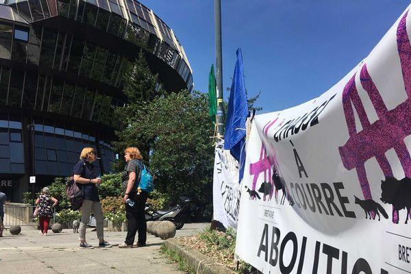 Les associations AVA et Extinction Rébellion ont déroulé des banderoles anti-chasse sur le parvis de la cité judiciaire