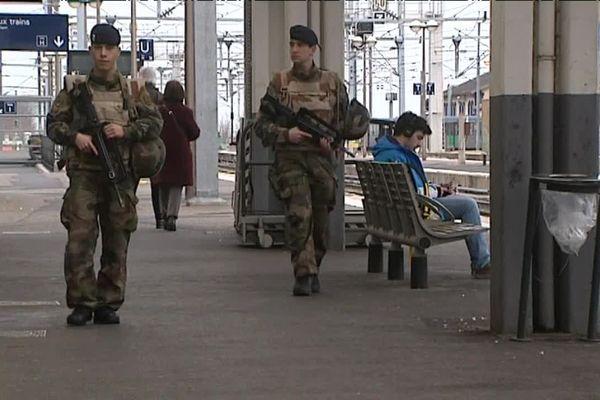 Les soldats de l'opération Sentinelle patrouillent dans tous les lieux publics selon des horaires aléatoires, ici, à la gare de Clermont-Ferrand.