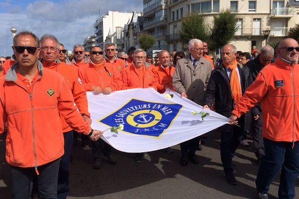 Les sauveteurs de la SNSM en tête de la marche silencieuse au Sables d'Olonne