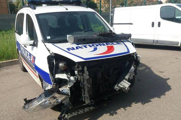 La voiture de police percutée par la voiture volée
