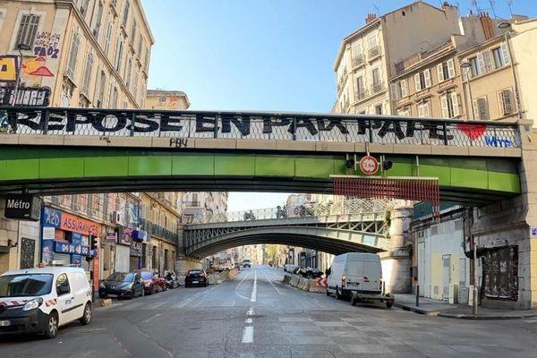 Le groupe de supporters MTP a rendu hommage ce matin à Pape Diouf, Cours Lieutaud, à Marseille