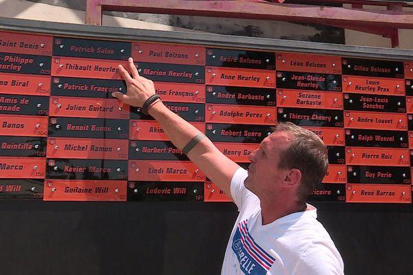 Gilles belzons, co-président du RCN, fier des 600 briques qui forment déjà le mur de la reconstruction.