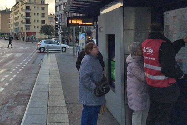 14 janvier 2016 : contrairement à d'autres journées où le trafic était perturbé, des agents de la TCAR étaient présents pour informer, guider et accompagner (avec amabilité) les clients des transports en commun de l'agglomérationde Rouen