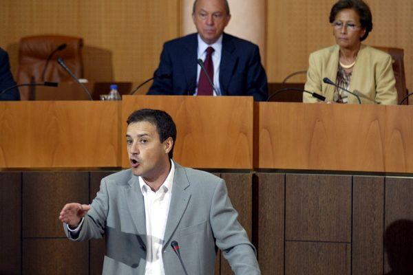 Jean-Guy Talamoni était entré à l'Assemblée de Corse en 1992. Sur cette photo, il intervient dans l'hémicycle en 2003, sous le regard de José Rossi, alors président de l'Assemblée.